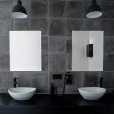 Twee rechthoekige spiegels in een badkamer