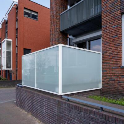 Glazen windscherm op een balkon