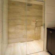 Glazen douchewand in een badkamer