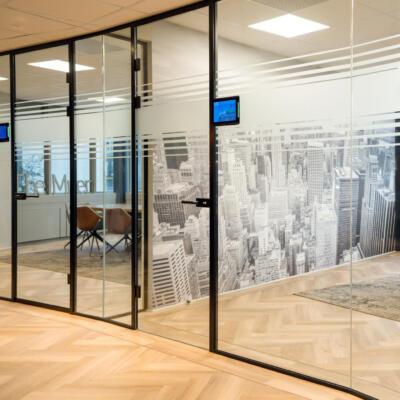 Vergaderruimte voorzien van glazen panelen