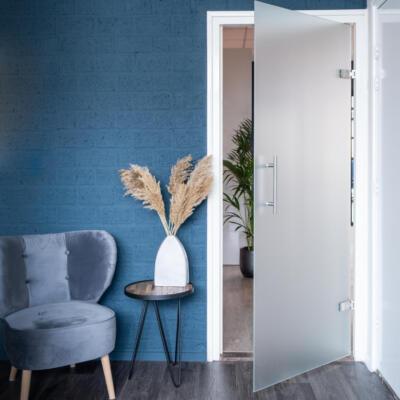 Openslaande satijn matglas binnendeur