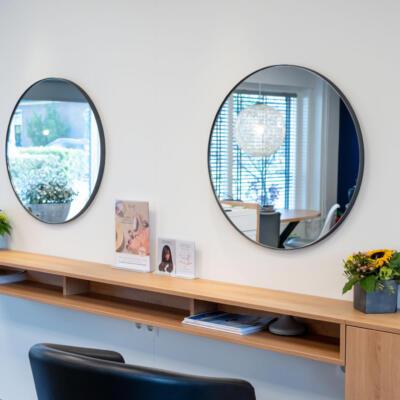 Twee ronde spiegels in een kapperszaak