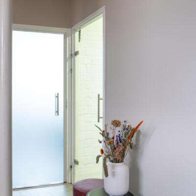Gesloten matte glazen binnendeur in een kantoor
