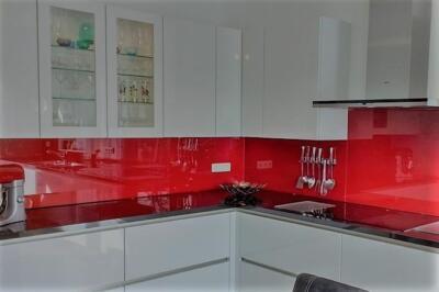 Keukenachterwand van rood gelakt glas